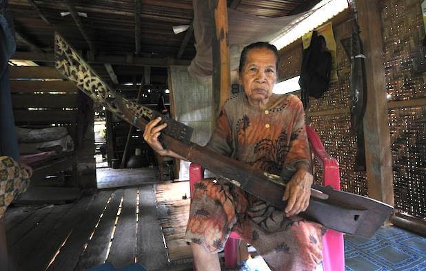 Alat Musik Tradisional Sulawesi Barat Kecapi Mandar