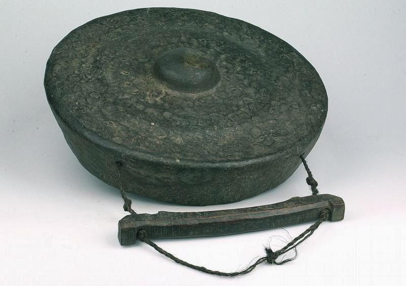 Alat Musik Tradisional yang Dipukul Ogung Panggora